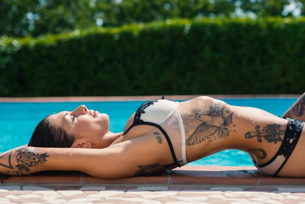 Sexy Frau liegend am Pool