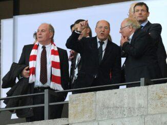 Gregor Gysi (m.) ist Anhänger von Union Berlin. ©AFP