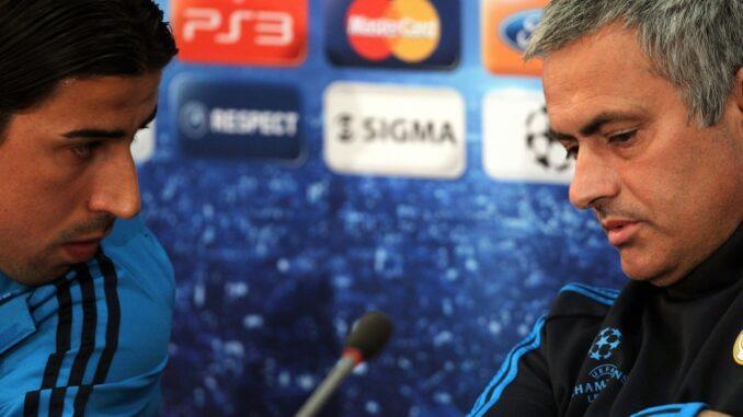 Drei Jahre zusammen bei Real: Khedira (l.) und Mourinho. ©AFP