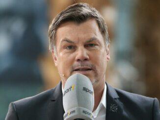 Thomas Helmer moderiert Doppelpass vor 100 Pappkameraden. ©AFP