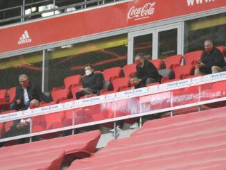 Zu Gast im Stadion: Franz Beckenbauer (unten Mitte). ©AFP