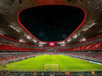 Uli Hoeneß würdigt die Allianz Arena als Meilenstein. ©AFP