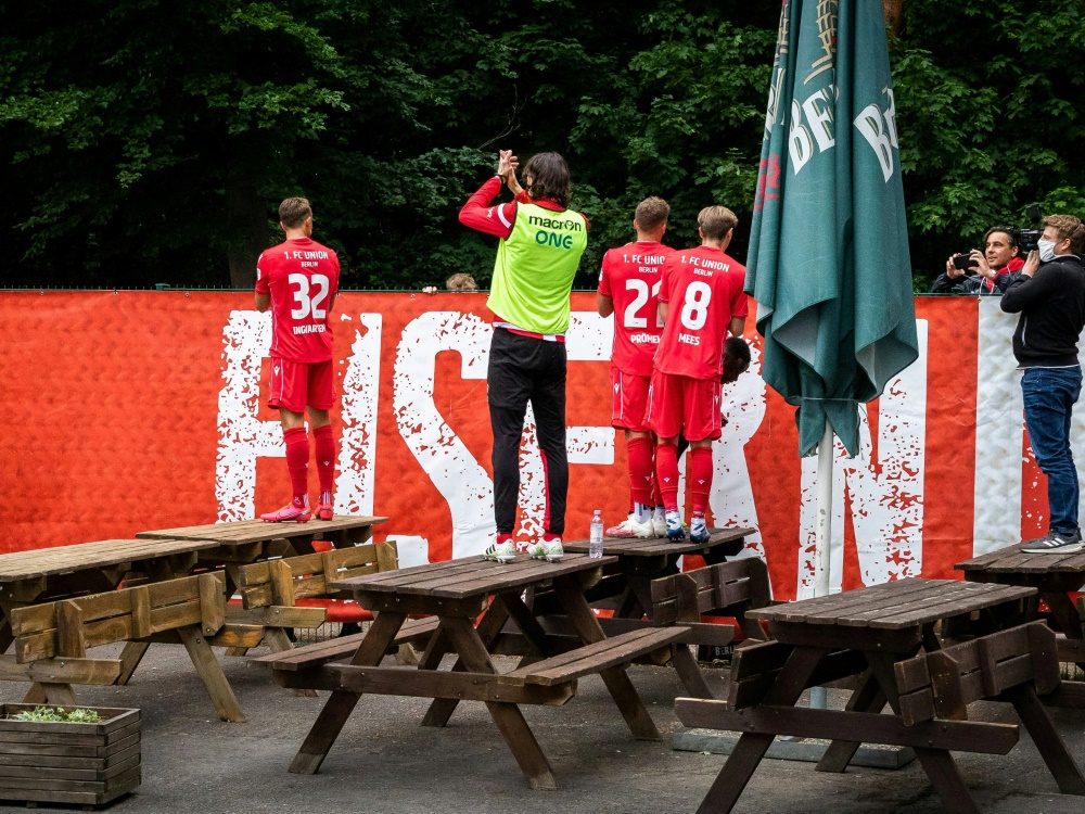 Spieler feiern nach Schalke-Spiel mit den Fans am Zaun. ©FIRO/SID