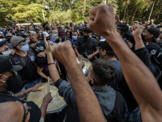 Fußballfans demonstrieren gegen Bolsonaro. ©SID NELSON ALMEIDA