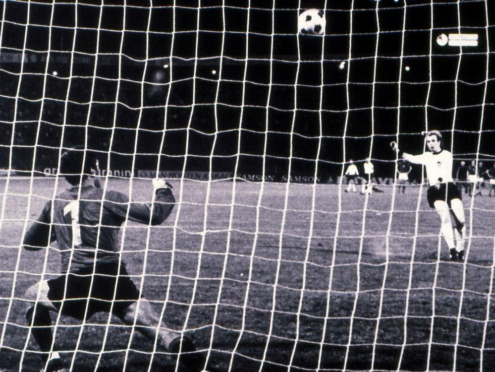Uli Hoeneß vergibt seinen Elfmeter im EM-Finale 1976. ©FIRO/SID firo