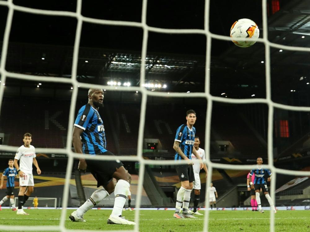 Lukaku fälscht den Ball zum 2:3 ins eigene Tor ab. ©SID LARS BARON
