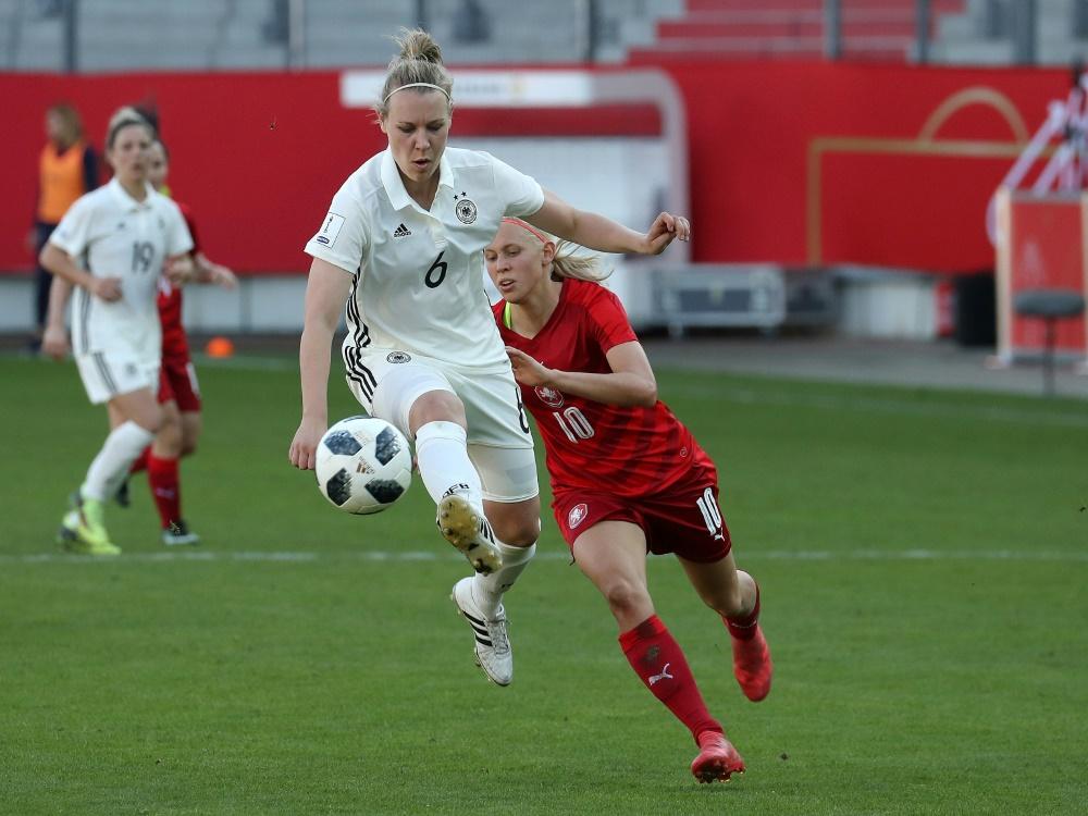 Nationalspielerin Demann (l.) verlängert bei Bayern . ©FIRO/SID