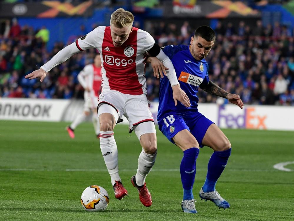 Donny van de Beek (l.) wechselt zu Manchester United . ©SID JAVIER SORIANO