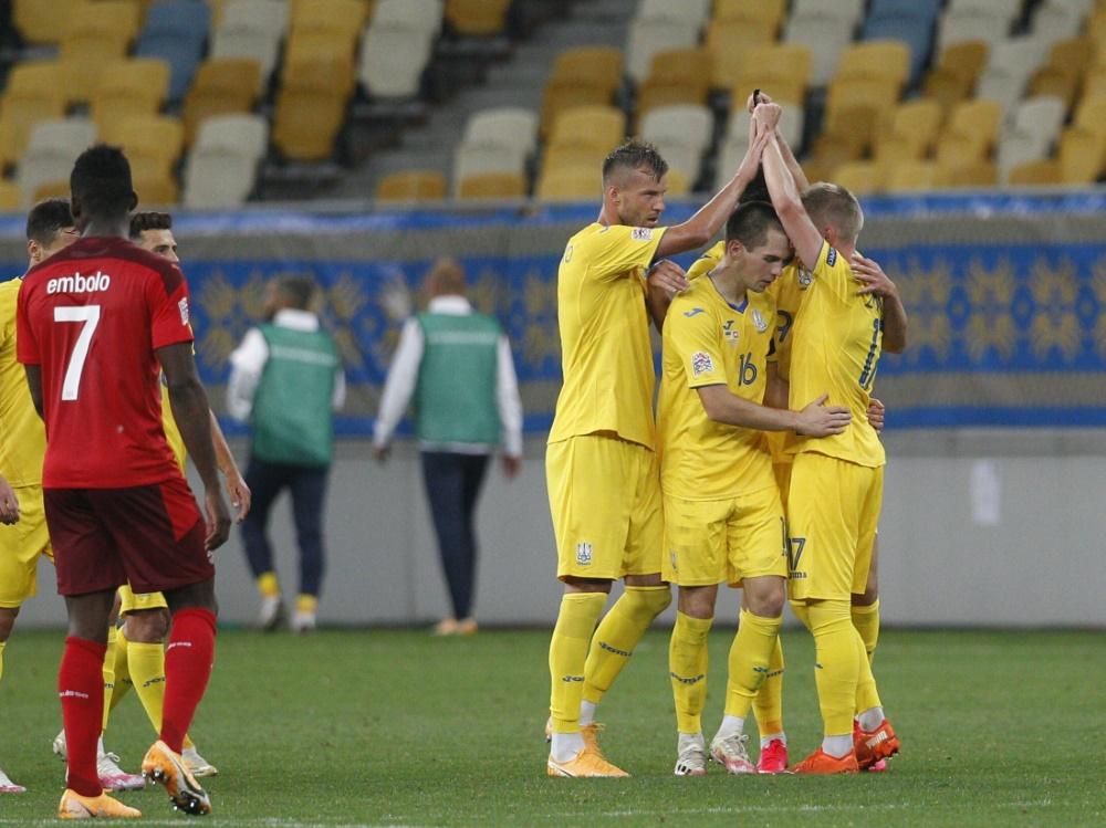 Die Ukrainer bejubeln den Siegtreffer von Sintschenko. ©SID ANATOLII STEPANOV