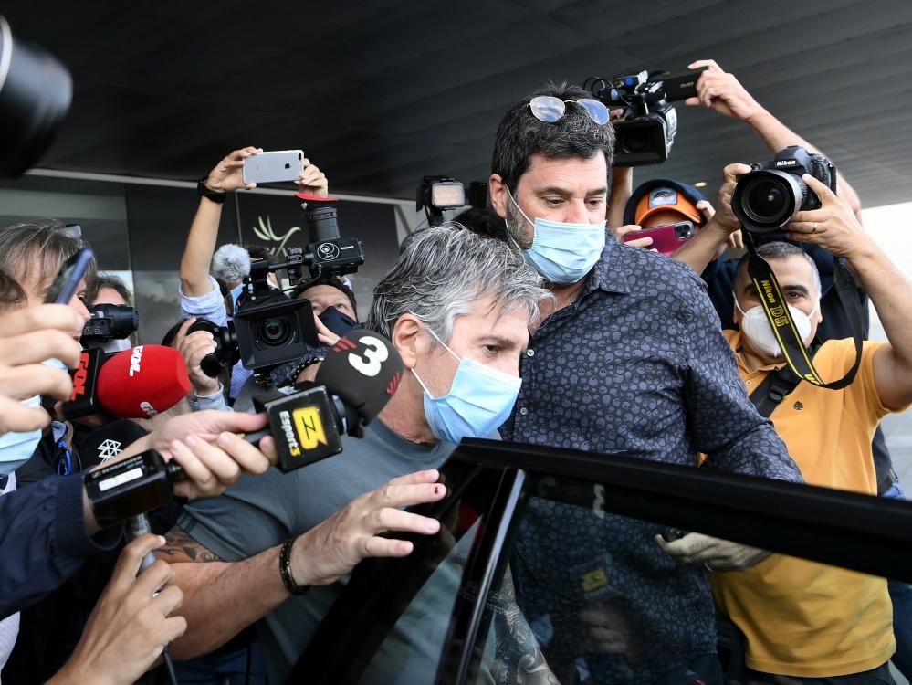 Jorge Messi (M.) nach seiner Ankunft in Barcelona. ©SID LLUIS GENE