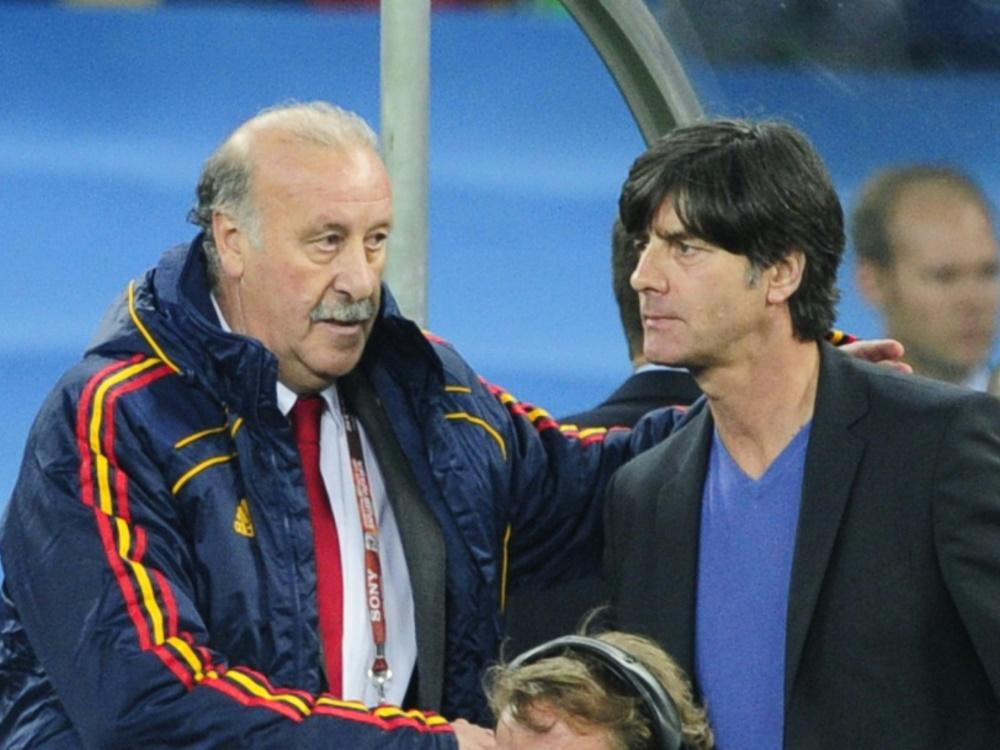 Weltmeister-Trainer unter sich: Del Bosque (l.) und Löw. ©SID JOHN MACDOUGALL