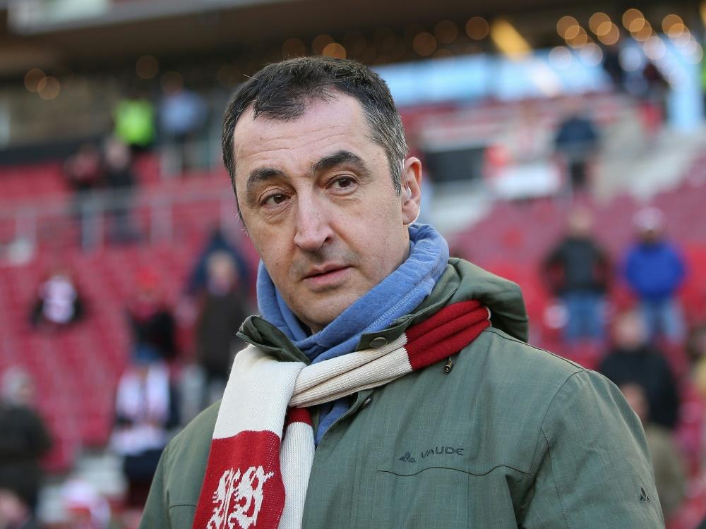 Cem Özdemir ist für eine Begrenzung von Spielergehältern. ©FIRO/SID