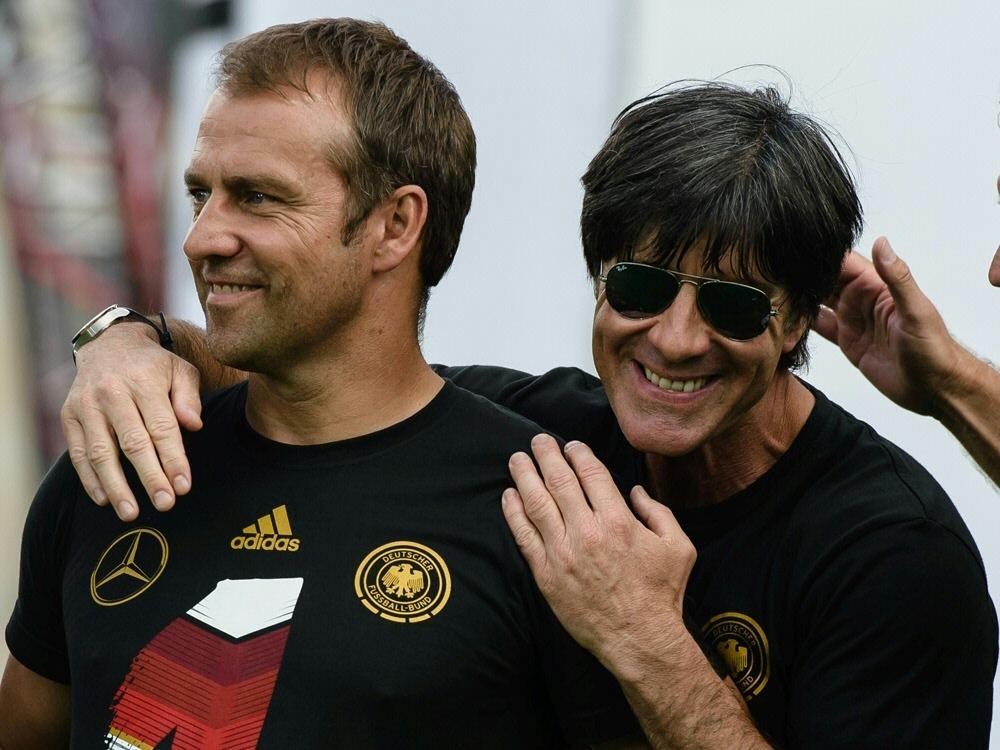 Auch der Bundestrainer gratulierte Flick am Donnerstag. ©SID CLEMENS BILAN