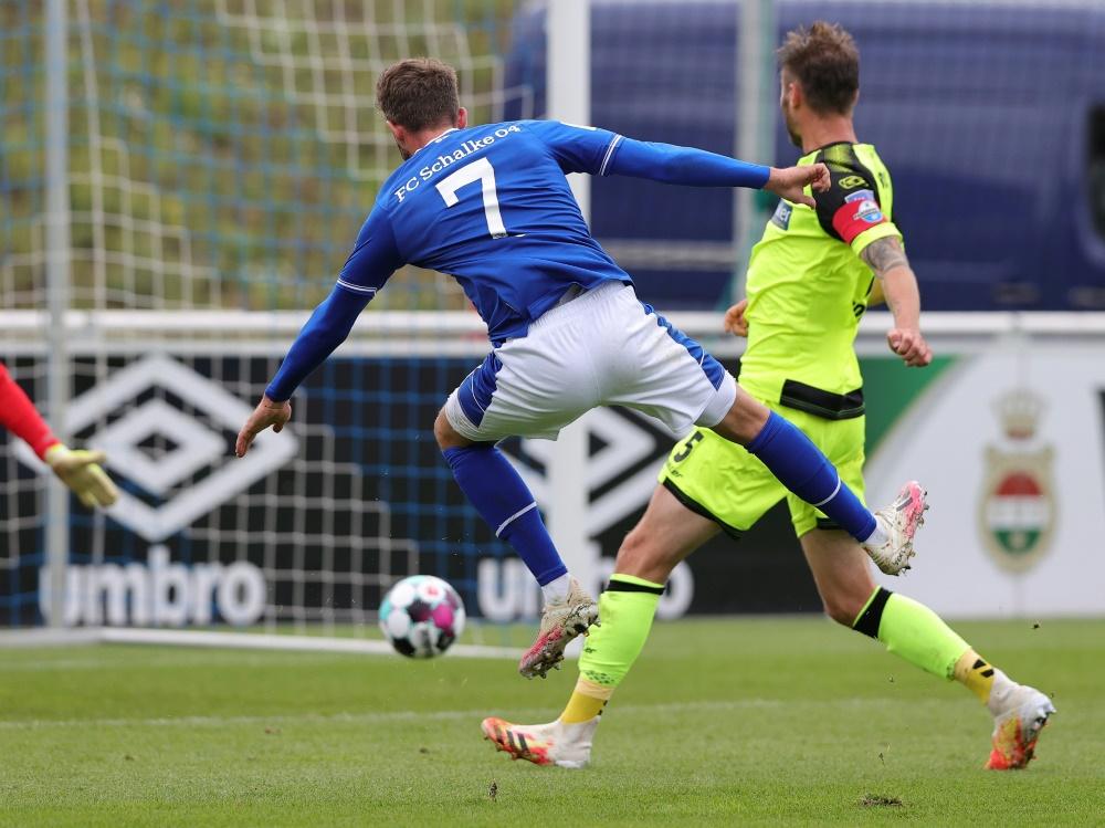Mark Uth traf dreifach im Test gegen Paderborn. ©FIRO Sportphoto/SID