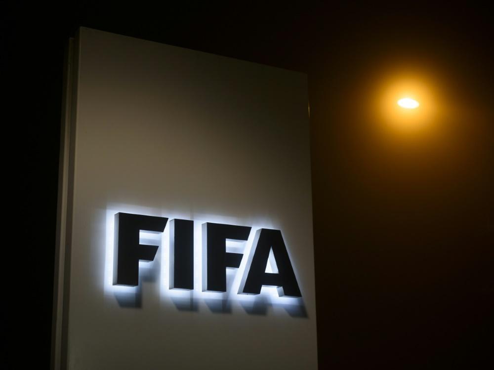 Die FIFA lenkt im Streit um die Spielerabstellung ein. ©SID FABRICE COFFRINI