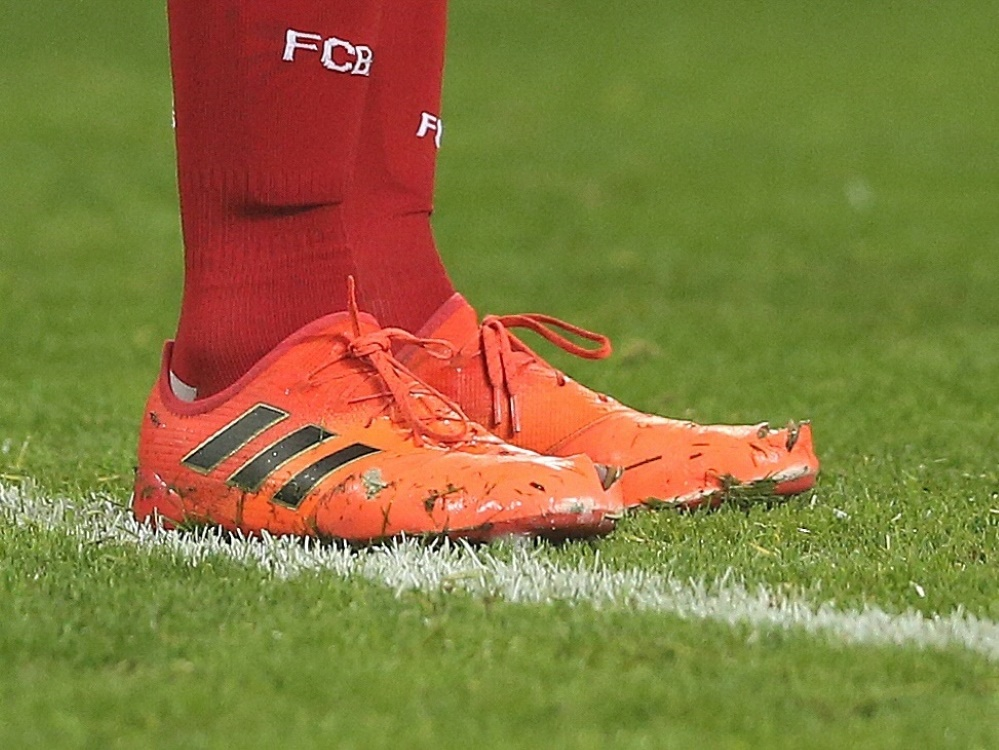 Kaum Luxus: Bayern schnüren die Schuhe bei den Pennälern. ©FIRO/SID firo Sportphoto/Ralf Ibing