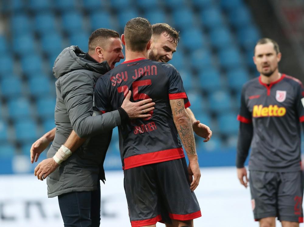 Jahn Regensburg freut sich über den ersten Saisonsieg. ©FIRO/SID