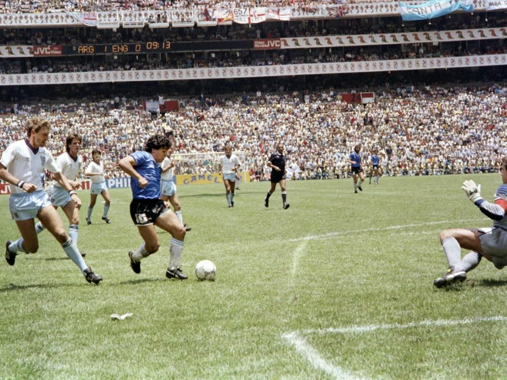 Maradona bei seinem legendären Solo gegen England 1986. ©SID STAFF