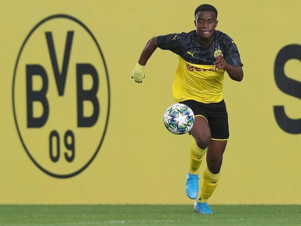 Moukoko sitzt gegen Hertha BSC auf der Bank. ©FIRO/SID
