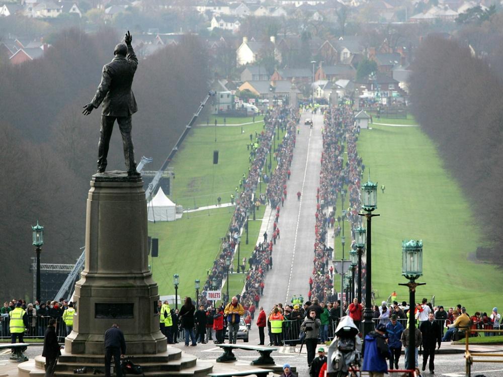 Tausende Menschen erweisen George Best die letzte Ehre. ©SID NICOLAS ASFOURI