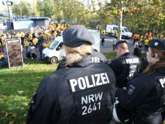 Illegales Fußballturnier wird von Polizei gestoppt.