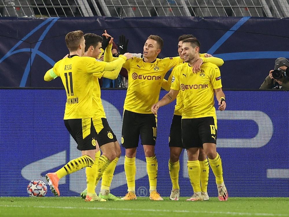 Guerreiro (r.) trifft - Dortmund steht im Achtelfinale. ©FIRO/SID