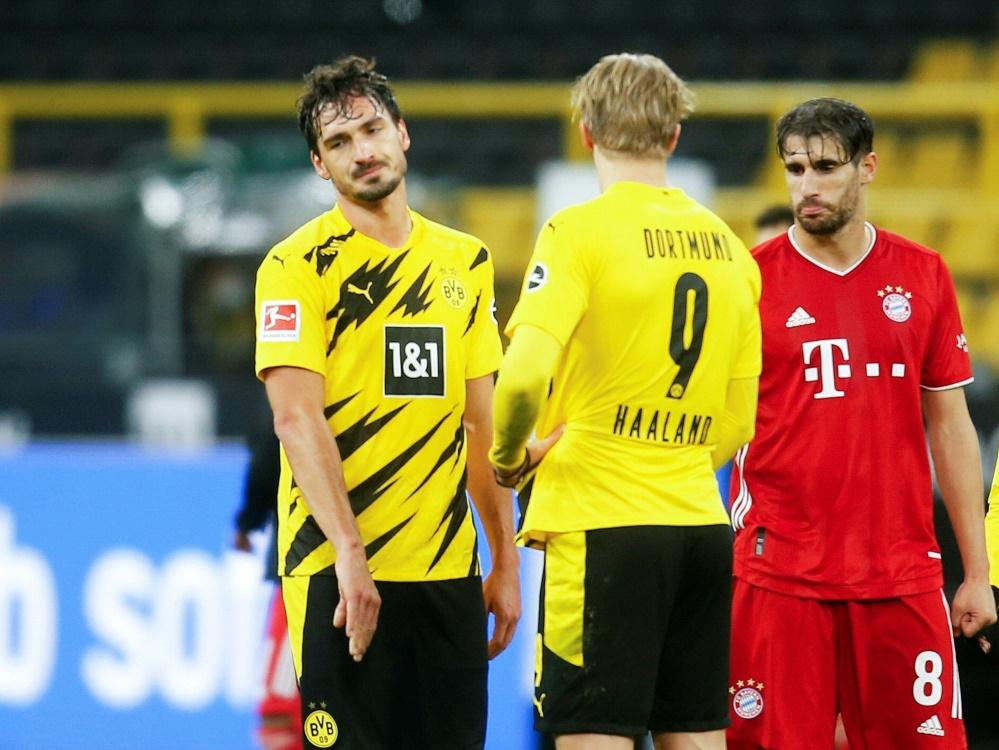 Hummels (l.) wünscht sich mehr Reife im BVB-Spiel. ©POOL/SID LEON KUEGELER