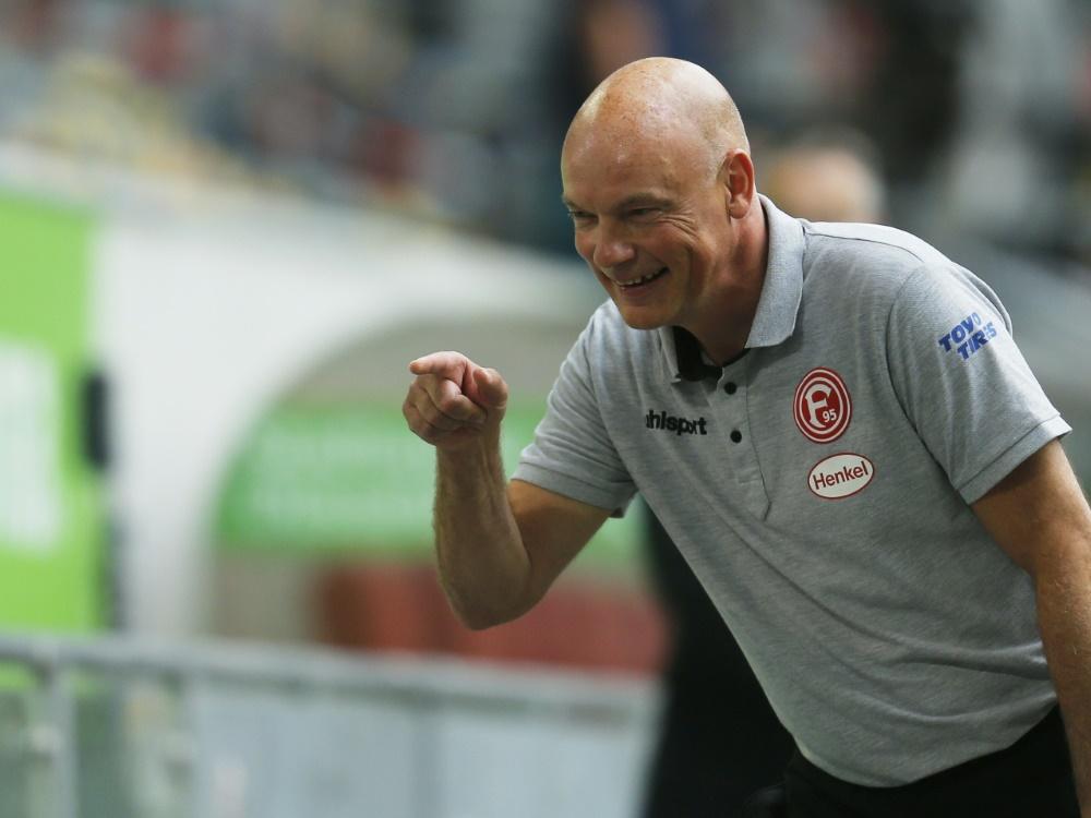 Uwe Rösler bleibt mit Düsseldorf vor Greuther Fürth. ©SID LEON KUEGELER
