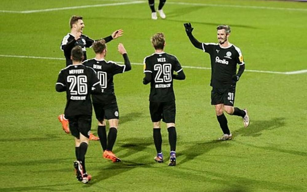 Holstein Kiel schlägt Bayern München im Pokal. ©FIRO/SID