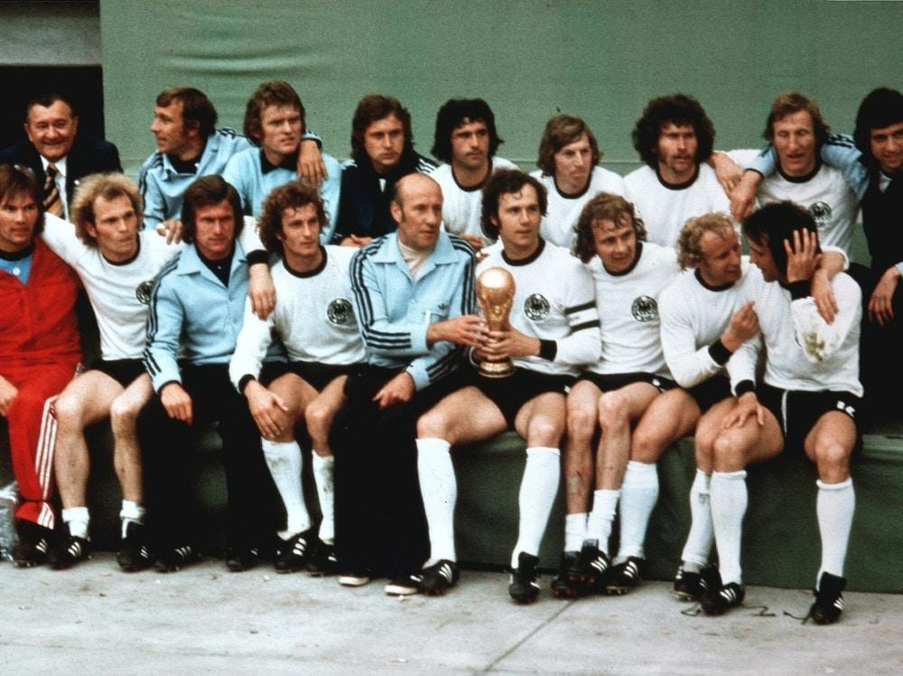 Helmut Schön (M.) gewann 1974 die WM mit Deutschland. ©FIRO/SID