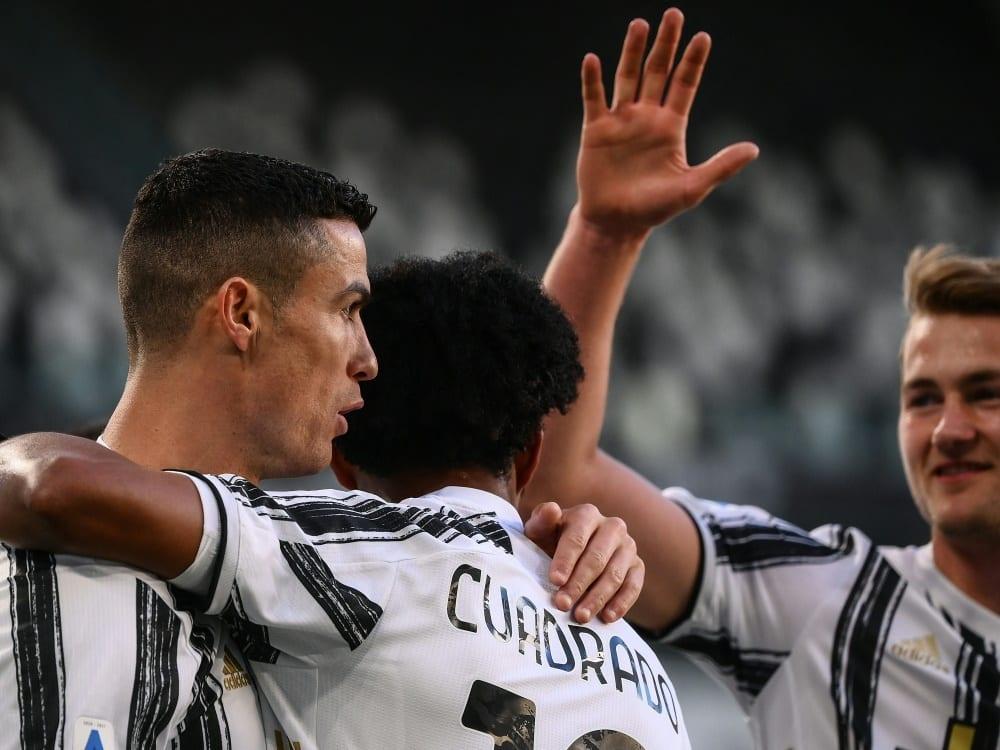 Cristiano Ronaldo (l.) trifft gegen Neapel zum 1:0. ©SID MARCO BERTORELLO
