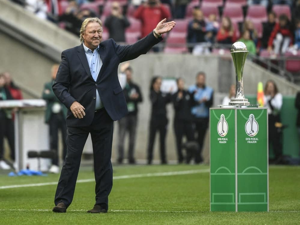 Horst Hrubesch feiert mit dem HSV gelungenes Debüt. ©SID INA FASSBENDER