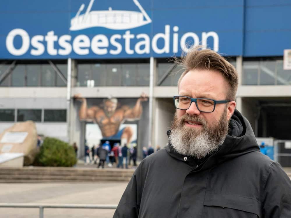 Bürgermeister Madsen denkt schon an die Aufstiegsfeier. ©SID AXEL HEIMKEN