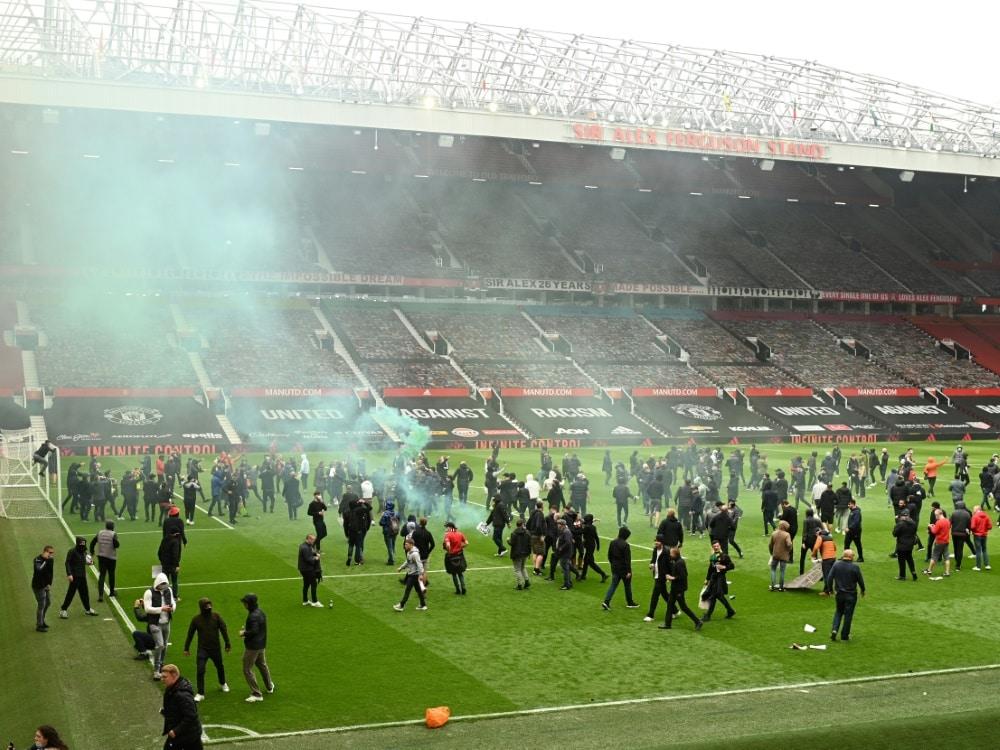 Fans drangen in das Stadion Old Trafford ein. ©SID Oli SCARFF