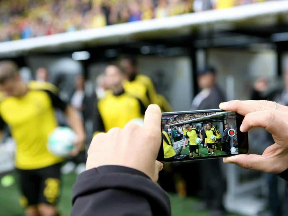 Die Medien-Angebote der Bundesligisten werden beliebter. ©FIRO/SID