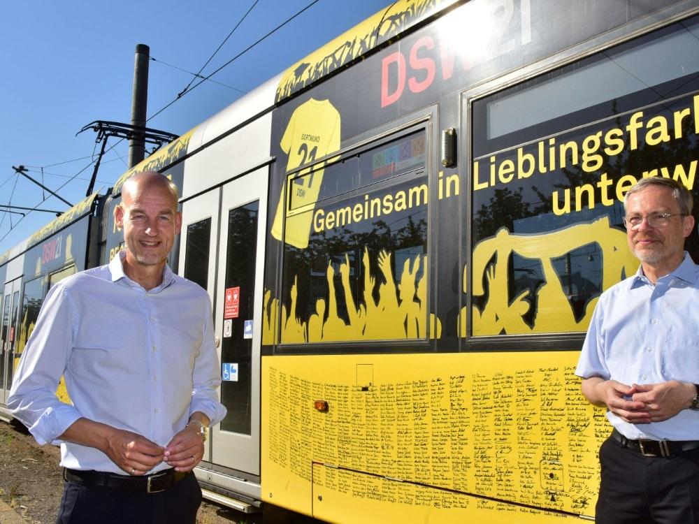 Carsten Cramer (l.) freut sich über die Aktion . ©DSW21/BVB/DSW21/BVB Jörg Schimmel
