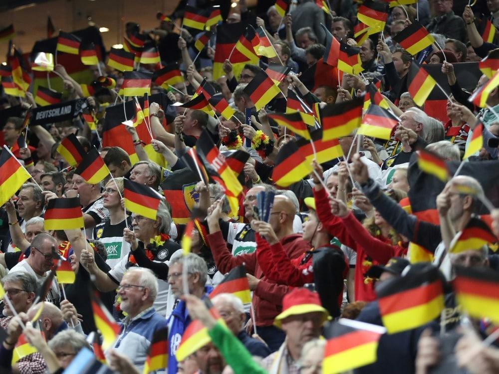 Deutschlands Flagge verkauft sich am besten. ©FIRO/SID