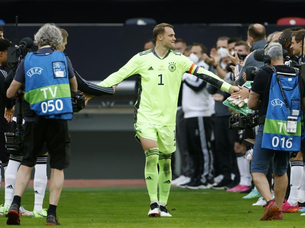 Manuel Neuer wird vor dem Spiel gefeiert. ©SID ODD ANDERSEN