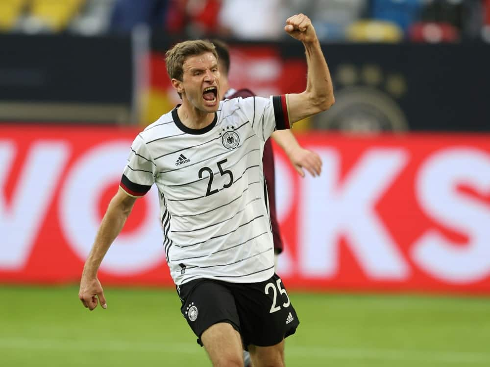 Thomas Müller heizt die deutschen Fans an. ©FIRO/SID