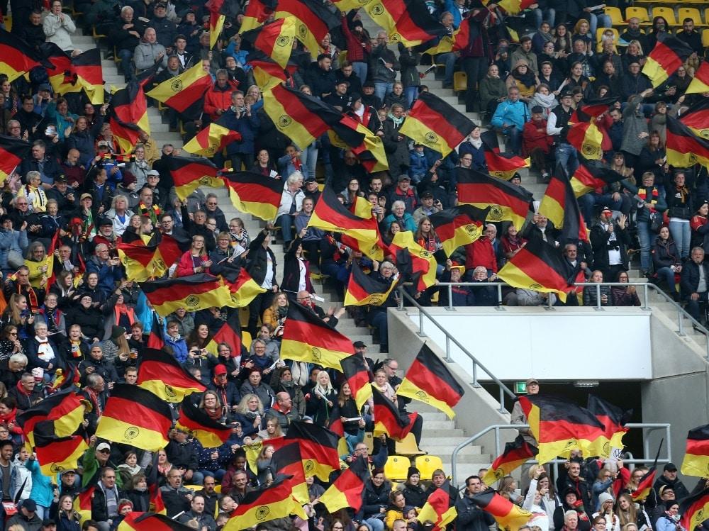 Fans wollen bei der EM in München ins Stadion. ©FIRO/SID