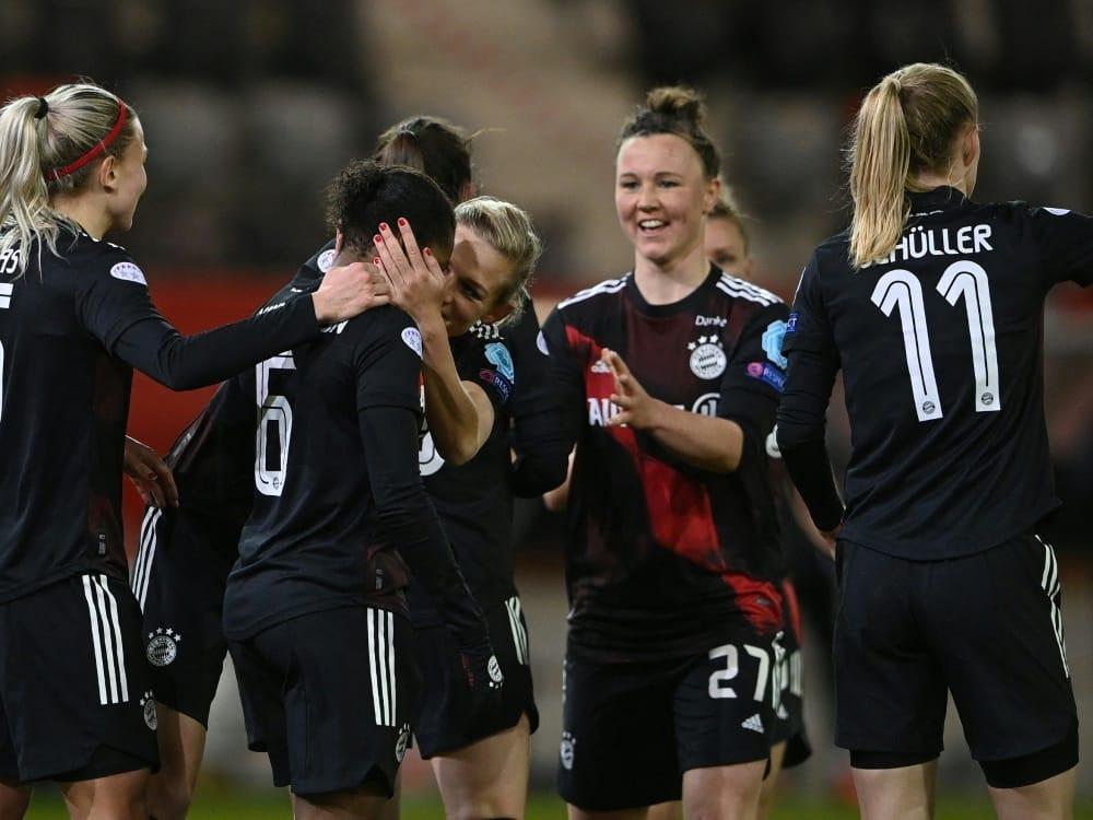 Bayern-Frauen feiern die Meisterschaft. ©SID CHRISTOF STACHE
