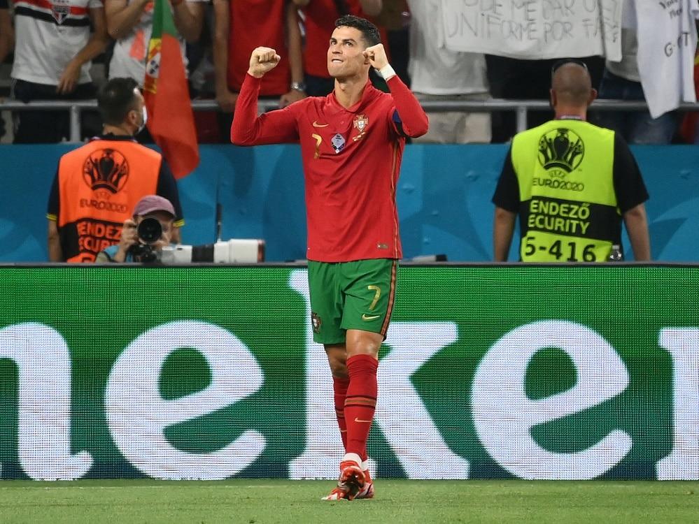 Daei gratuliert Ronaldo zum Tor-Weltrekord. ©SID FRANCK FIFE
