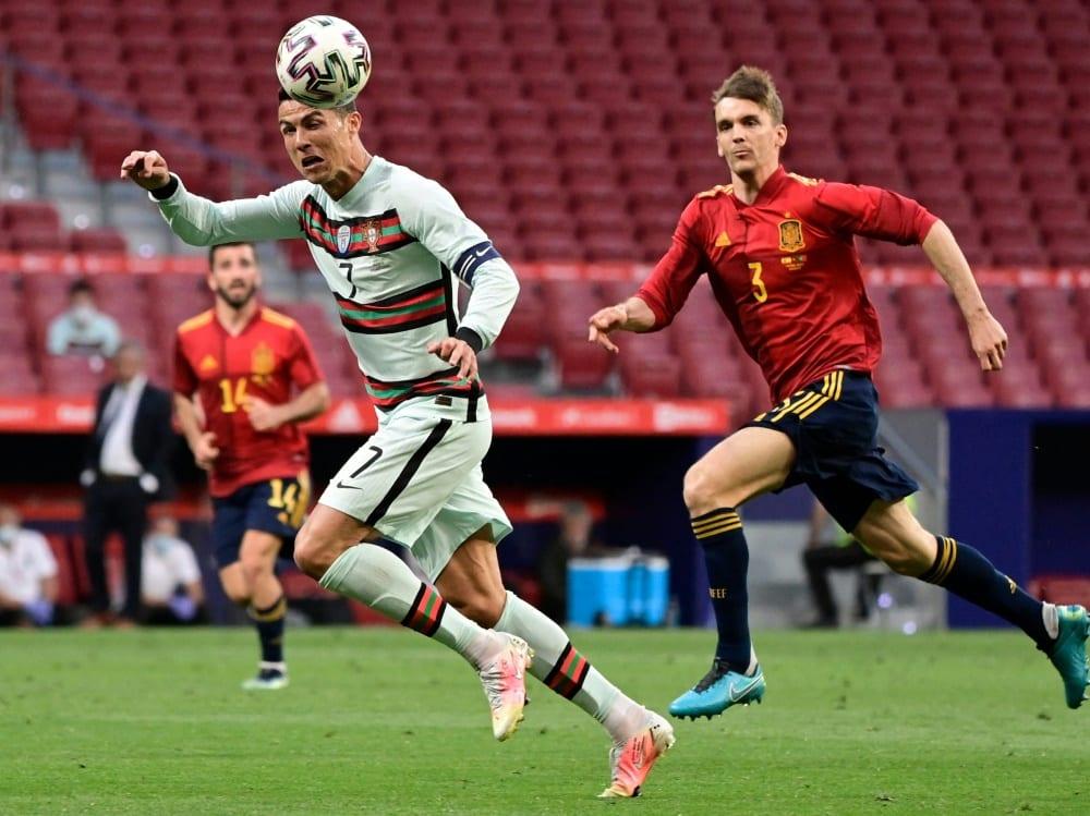 Hier im Duell mit Cristiano Ronaldo: Diego Llorente (r.). ©SID JAVIER SORIANO