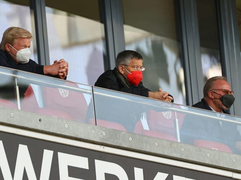 FCB-Präsident Hainer (m.) steht vor Herausforderungen. ©SID KAI PFAFFENBACH