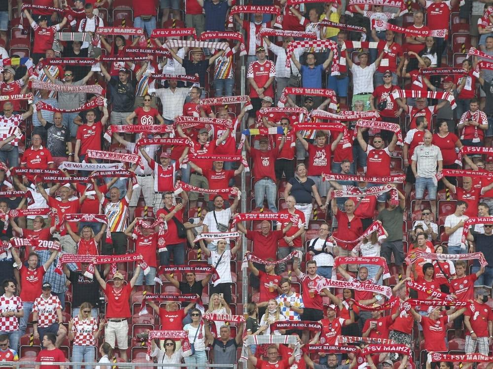 Mainzer Fans feiern den Sieg gegen RB Leipzig. ©SID DANIEL ROLAND