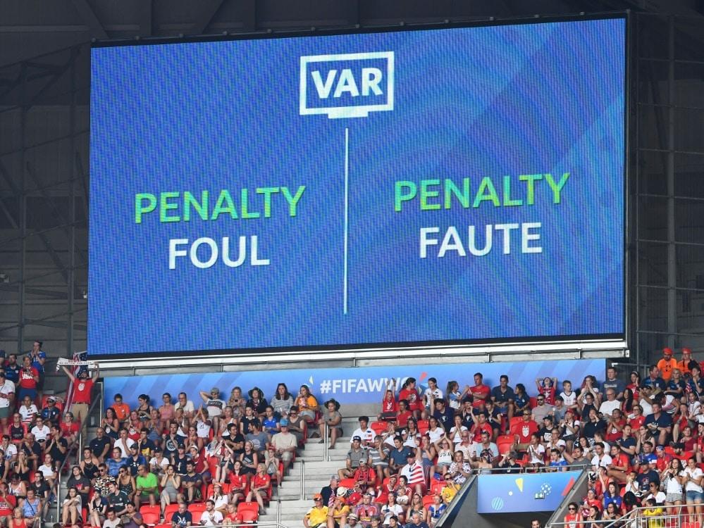 Fragliche Sequenzen werden im Stadion gezeigt. ©SID FRANCK FIFE