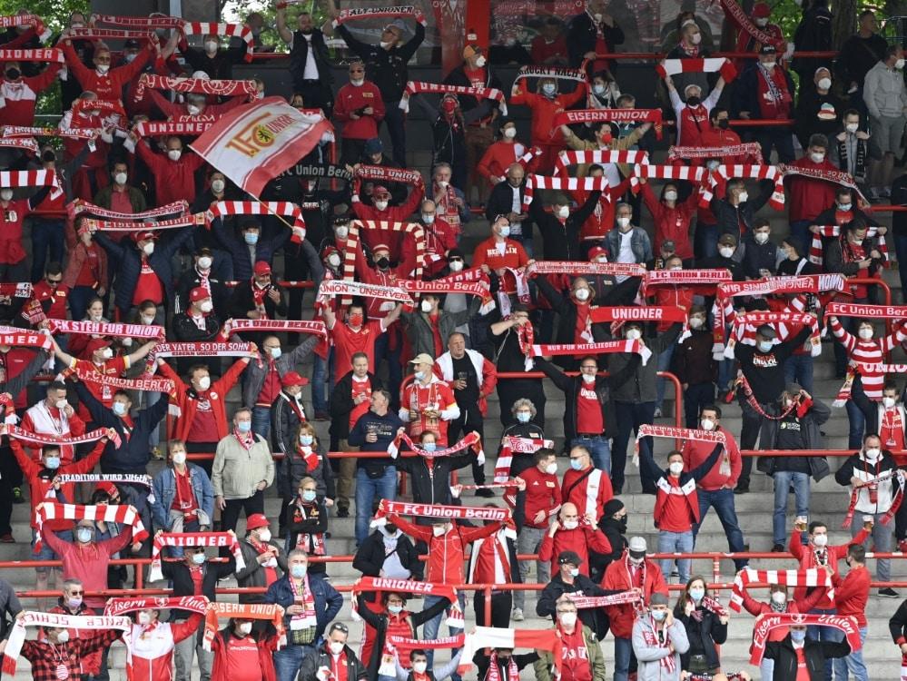Die Fans von Union Berlin feiern im Olympiastadion. ©SID JOHN MACDOUGALL