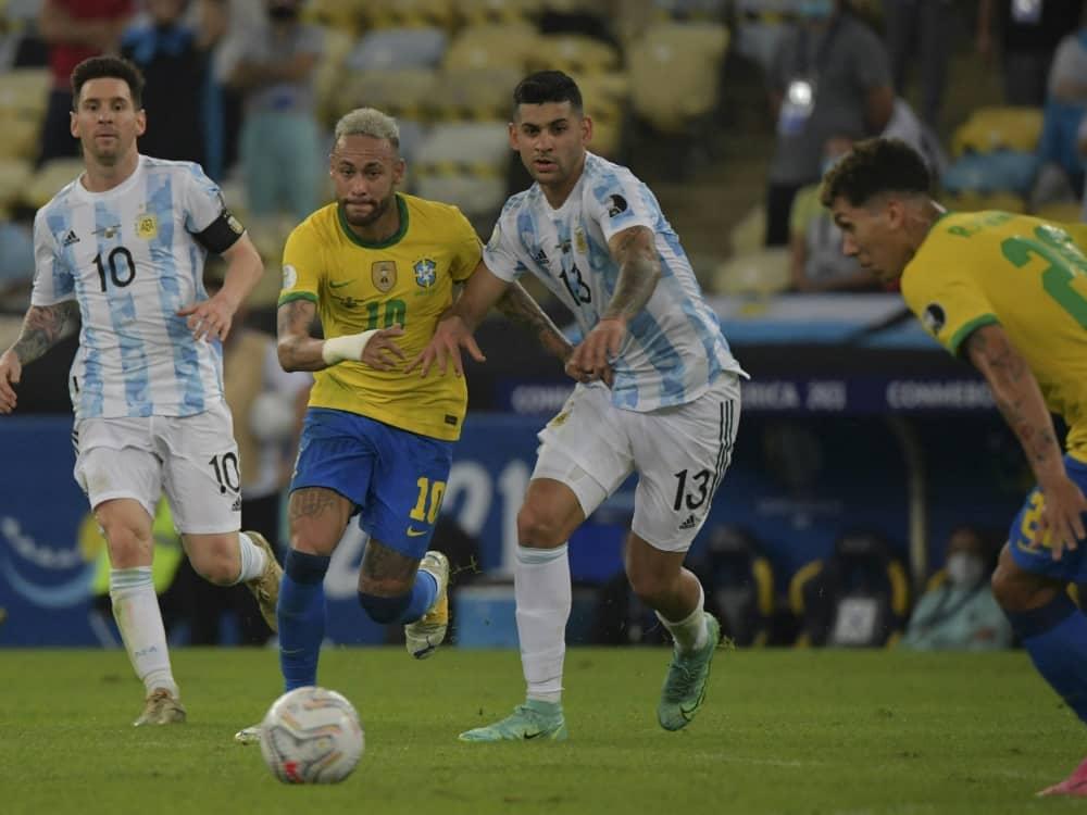 Messi (l.) spielt gegen Neymar vor 12.000 Fans. ©SID NELSON ALMEIDA