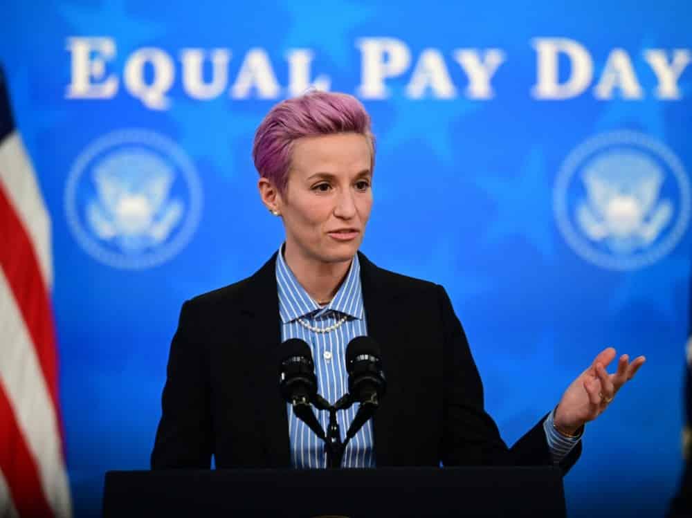 US-Frauenteam um Rapinoe soll gleich bezahlt werden. ©SID JIM WATSON