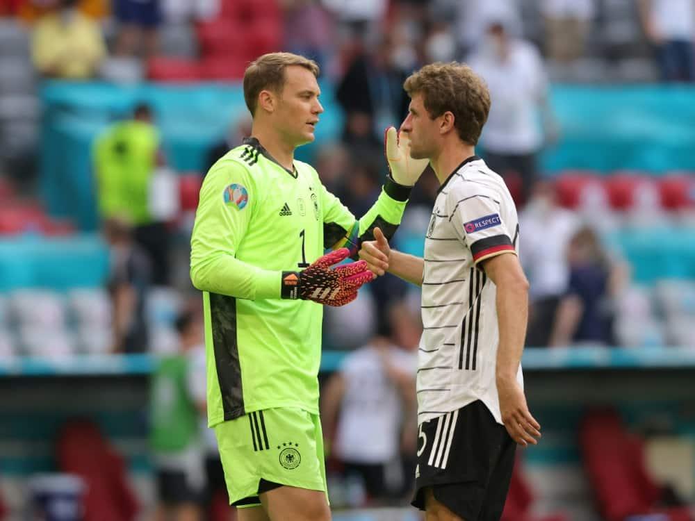 Kapitän Manuel Neuer und Thomas Müller werden geehrt. ©FIRO/SID